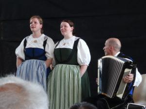 Lucia und Julia Müller bei ihrem Vortrag